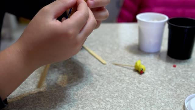 Un-niño-jugando-con-arcilla.