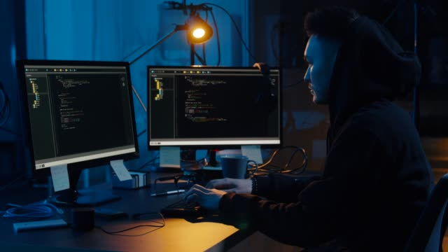 hacker-en-sudadera-con-capucha-usando-computadoras-para-ciberataque