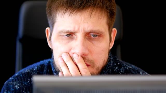 El-hombre-lee-las-noticias-en-la-computadora-