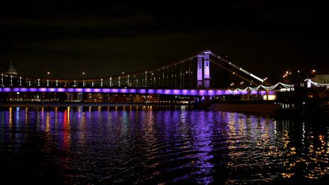 El-barco-navega-a-través-del-río-Moscú-hermosa-reflexión-del-puente-En-tiempo-de-la-tarde-