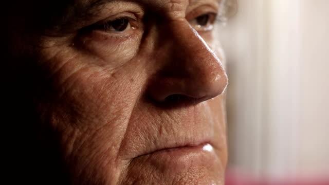 Rostro-preocupado-triste-anciano:-imágenes-de-jubilado-anciano-triste-cerca