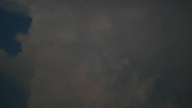 (Acción-viva)-Descarga-en-incus-de-la-cumulonimbus-gigantesco-o-yunque-en-la-noche-