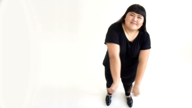 Porträt-einer-schönen-asiatischen-Frau-20-Jahre-alt-emotional-unzufriedener-Kunde-auf-weißem-Hintergrund-im-Studio