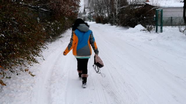 Mujer-adulta-es-divertido-caminar-por-un-camino-cubierto-de-nieve-