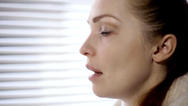 Mujer-enferma-estornudos-y-soplar-su-nariz-debido-a-la-alergia
