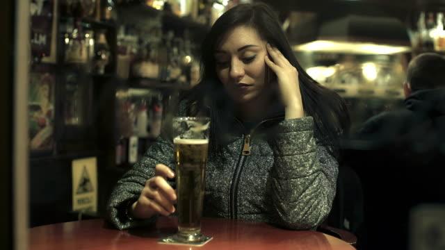 triste-mujer-sexy-con-vaso-de-cerveza