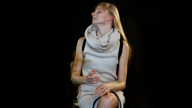 blonde-Modells-der-Europäischen-Erscheinung-posieren-vor-der-Kamera-im-Studio-auf-schwarzem-Hintergrund
