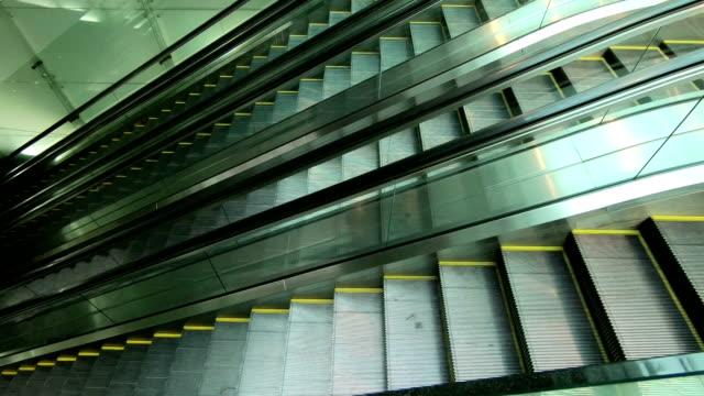 Moderne-Rolltreppen-in-einem-öffentlichen-Bereich