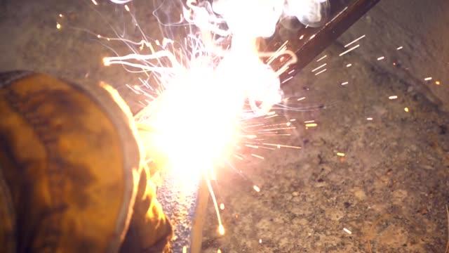 Soldadura-de-los-aceros-con-electricidad-en-cámara-lenta
