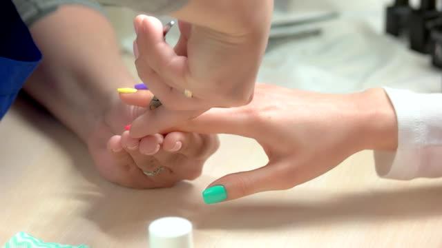 Manicurista-femenina-haciendo-manicura-cerca-