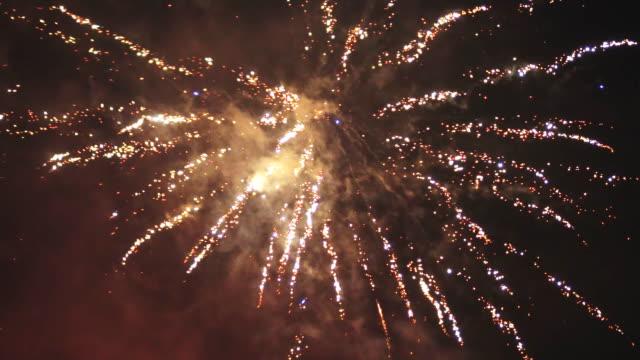 Fuegos-artificiales-en-el-cielo-Celebración-del-año-nuevo-