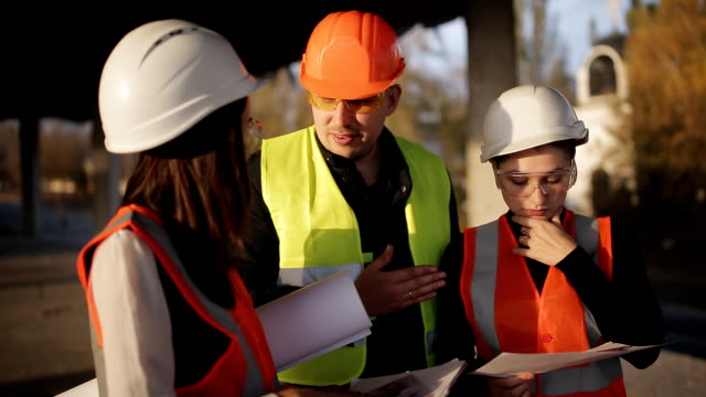 Chief-engineer-on-site-discussing-construction-issues-with-the-customer