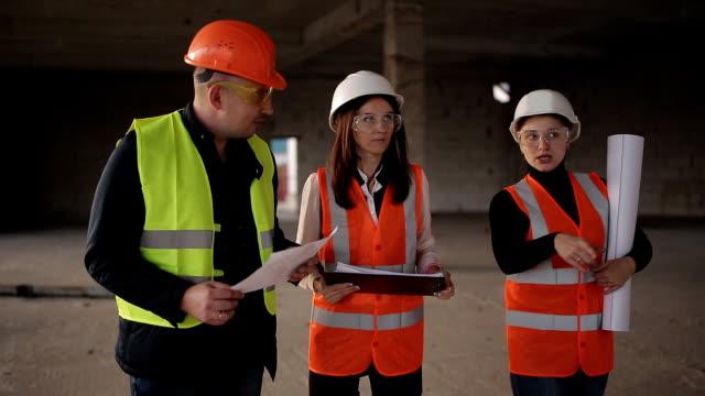 Dos-expertos-ingenieros-y-supervisor-de-la-construcción-para-inspeccionar-el-sitio-de-construcción-