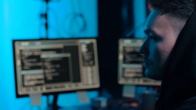 hacker-asiático-en-habitación-oscura-con-computadoras-por-la-noche