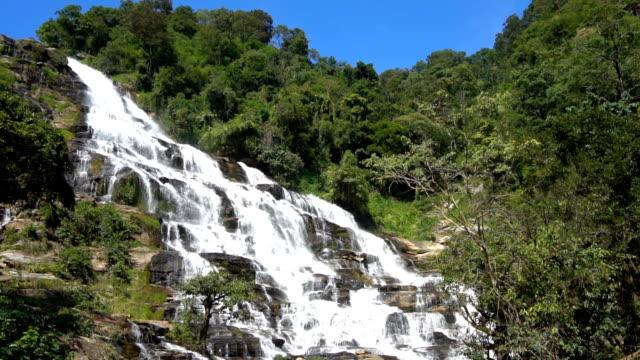 Impresionante-cascada-grande-de-bosque-profundo-en-cascada-de-Mae-Ya-Parque-Nacional-de-Doi-Inthanon-Chiang-Mai-Tailandia-Super-cámara-lenta-120-fps