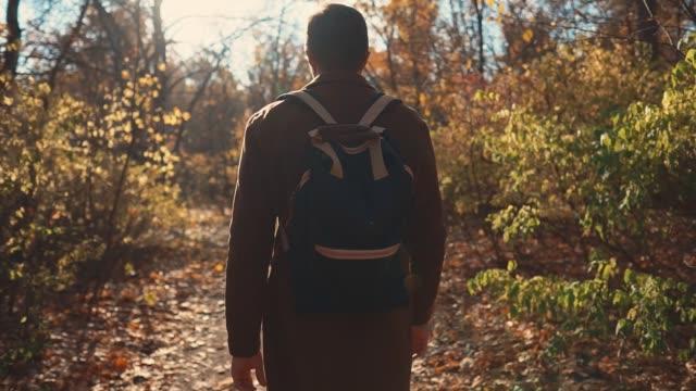 Mann-nimmt-einen-Spaziergang-im-Wald-