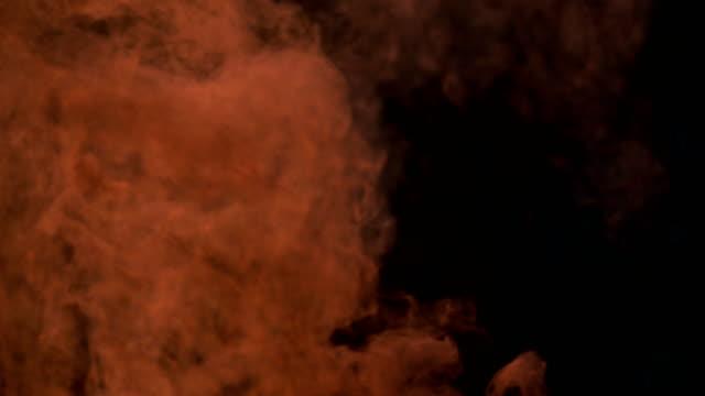 Movimiento-lento-del-fuego-ardiente-bolsa-de-basura-en-fondo-oscuro-amanecer-