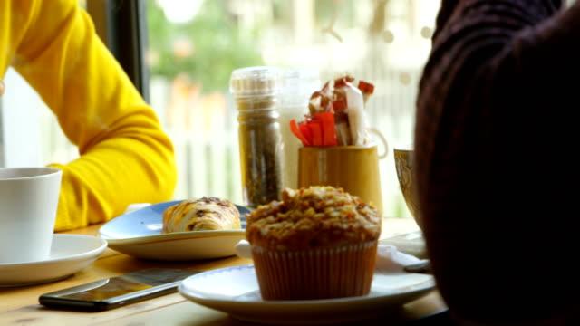 Paar-beim-Kaffee-im-Café-4k