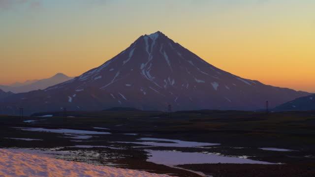 Atemberaubende-Morgen-Vulkanlandschaft-der-Kamtschatka-Halbinsel-bei-Sonnenaufgang-Zeitraffer