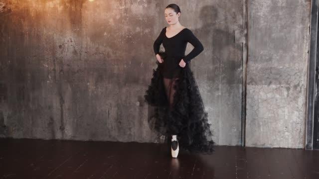 Die-junge-Frau-engagiert-sich-beim-Tanzen-Tänze,-trainiert-sie-Bewegungen-auf-pointes