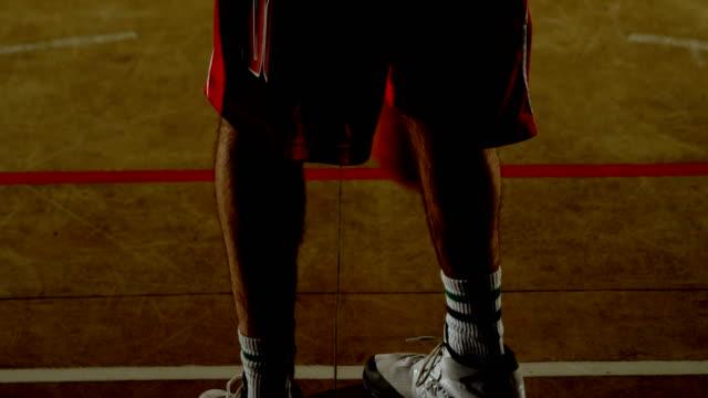 Männliche-Basketballspieler-spielen-Basketball-in-der-Gerichtshof-4k