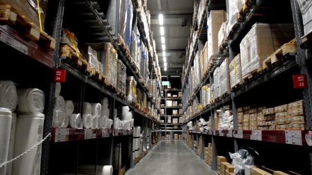 Gran-almacén-logístico-de-hangar-con-muchos-estantes-o-estanterías-con-palets-de-mercancías