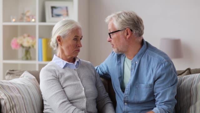 pareja-senior-triste-abrazando-en-casa