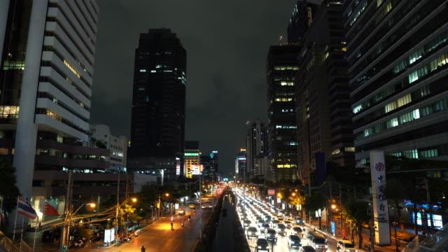 Stau-in-der-Innenstadt-von-Avenue-in-der-Rush-Hour-in-der-Nacht