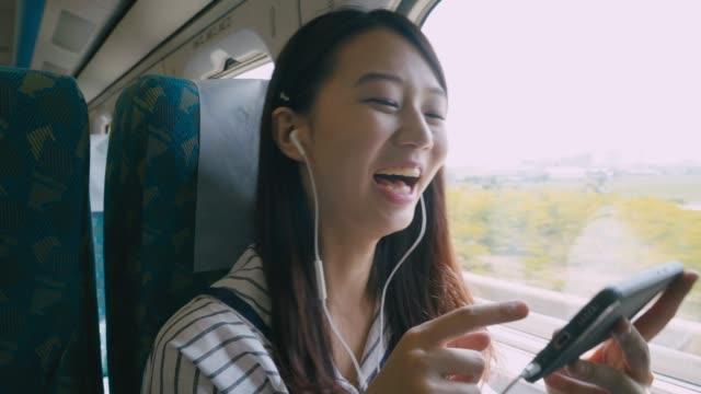Mujer-con-smartphone-en-tren