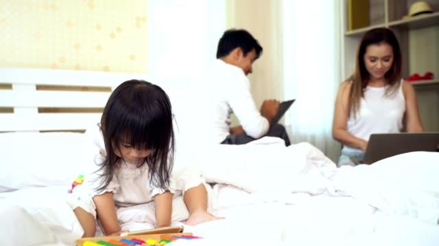 Familia-utilizando-smartphone-portátil-y-notebook-en-casa