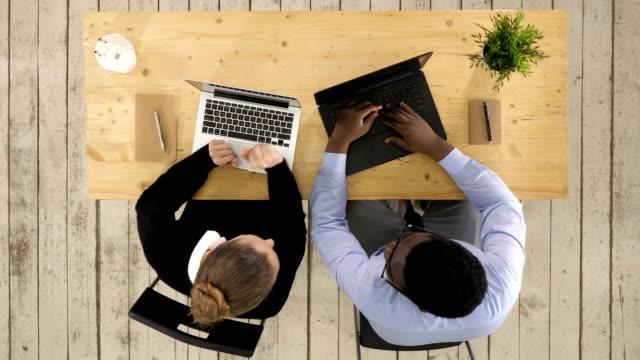 Zwei-Software-Entwickler-arbeiten-an-einem-neuen-Projekt