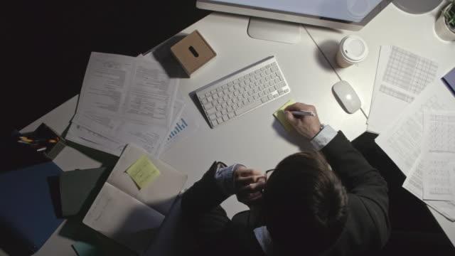 Mann-der-Notizen-beim-Telefonieren-macht