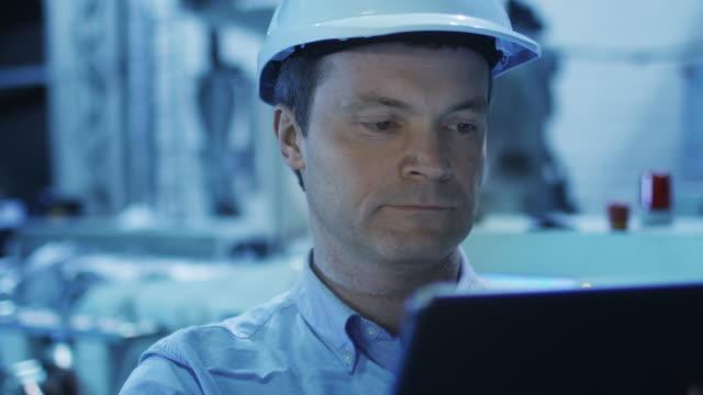 Ingeniero-en-uso-de-Tablet-en-Factory