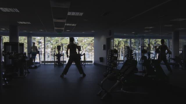 Imágenes-de-personas-silueta-ejercicio-y-entrenamiento-en-el-gimnasio-