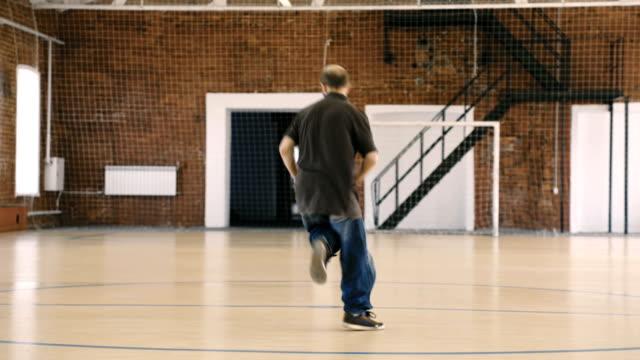 Beard-breakdancer-dancing-in-sport-gym