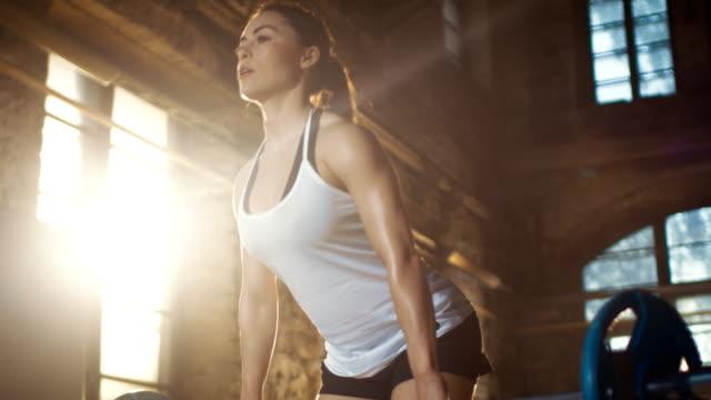 Mujer-atlética-fuerte-Barbell-ascensores-como-parte-de-su-cruzada-Fitness-culturismo-gimnasio-ejercicio-