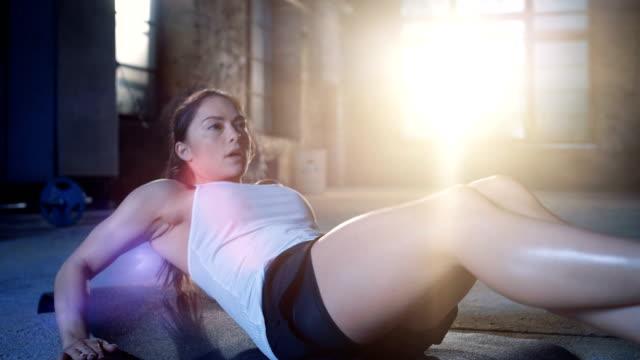 Hermosa-mujer-atlética-hace-abdominales-/-Sit-Ups-/-ejercicios-abdominales-como-parte-de-su-cruzan-de-Fitness-fisicoculturismo-gimnasio-rutina-de-entrenamiento-