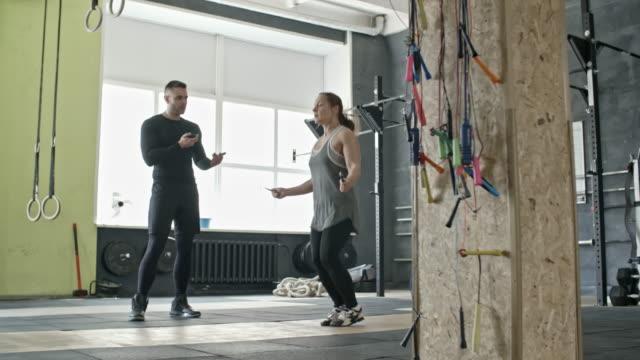 Mujer-saltar-a-la-cuerda-en-el-entrenamiento-con-Entrenador-Personal