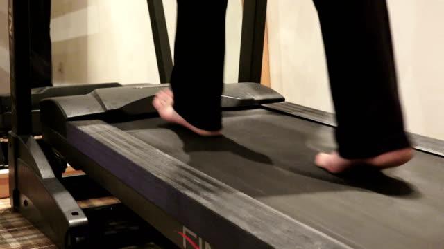 Fuß-Training-auf-Laufband-im-Fitness-Studio---Sport,-Fitness,-Lifestyle,-Technik-und-Mensch-Konzept-4k