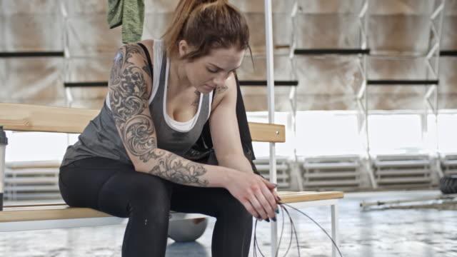 Sudorosa-mujer-descansando-después-de-saltar-la-cuerda-ejercicios