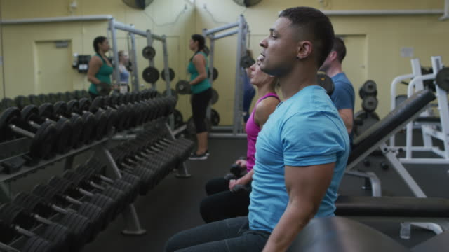People-lifting-weights-at-gym