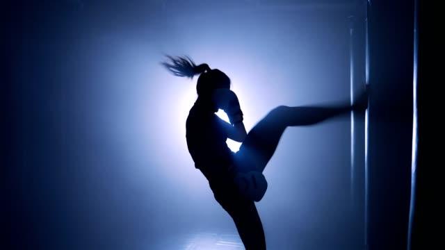 Mädchen-Boxer-Training-in-einem-Boxclub-Silhouette