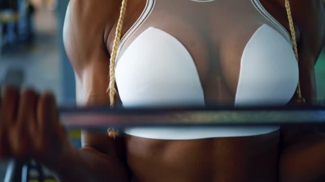 Mujer-ejercicio-potentes-muscular-con-una-barra-para-pesas