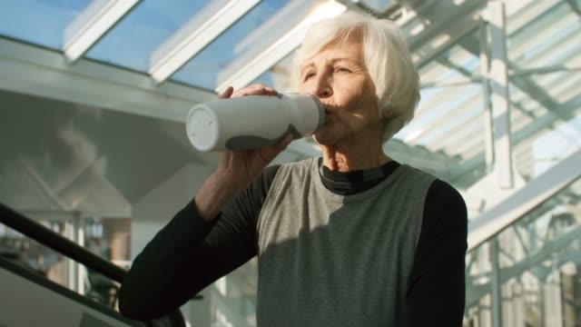Mujer-Senior-en-máquina-trotadora
