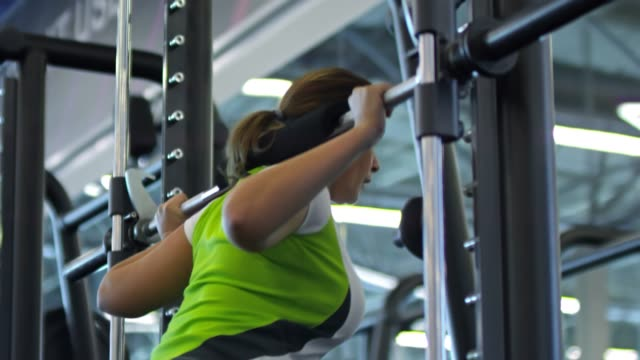 Woman-Doing-Squats-in-Smith-Machine