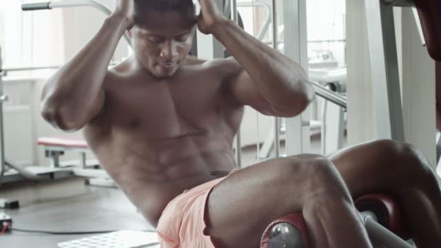 Athletic-man-execute-abdominal-exercises