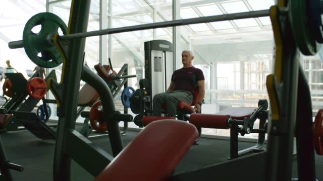 Senior-Man-Training-in-Gym