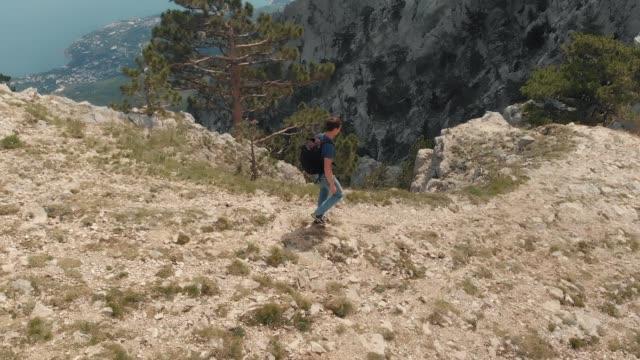 Hombre-viaja-en-las-montañas