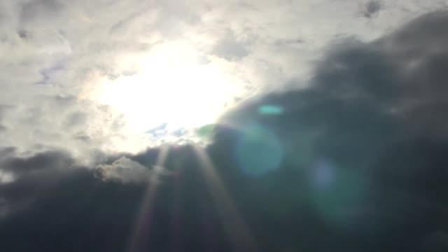 schwarze-Wolke-scheint-die-Sonne-durch