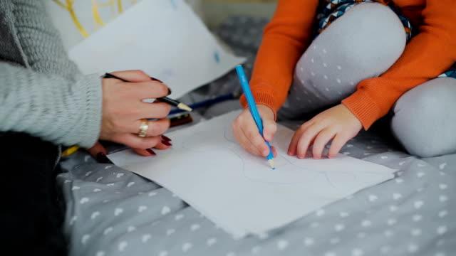 Nahaufnahme-Bild-von-Mutter-und-Tochter-Zeichnung